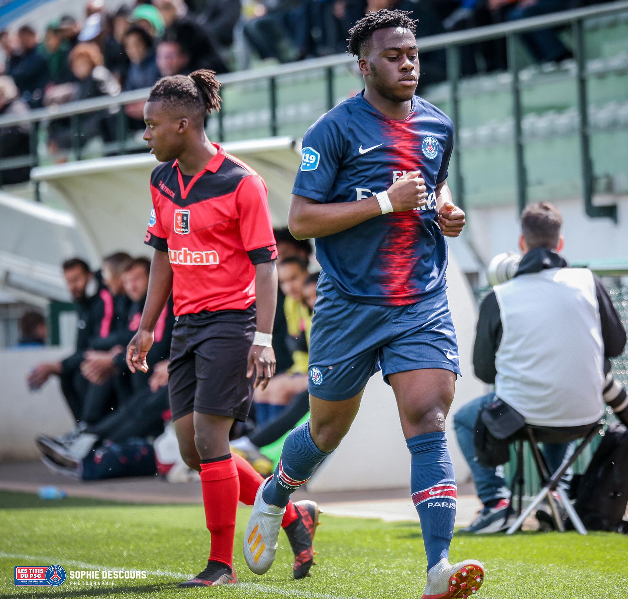 Arnaud Kalimuendomuinga attaquant U19 psg